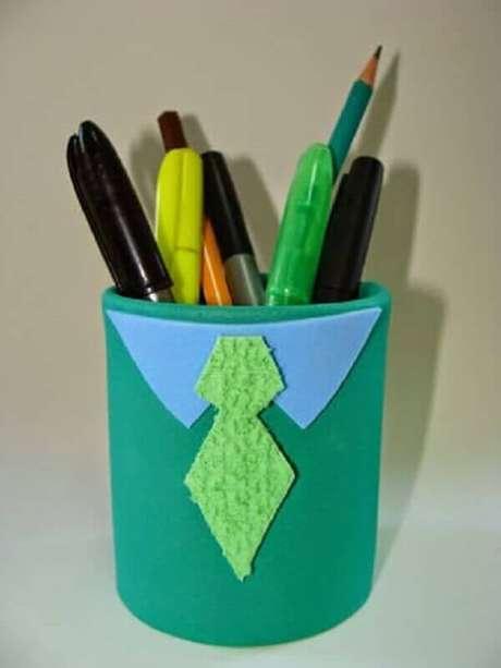 4. Latas decoradas com EVA de gravatinha. Fonte: Pinterest