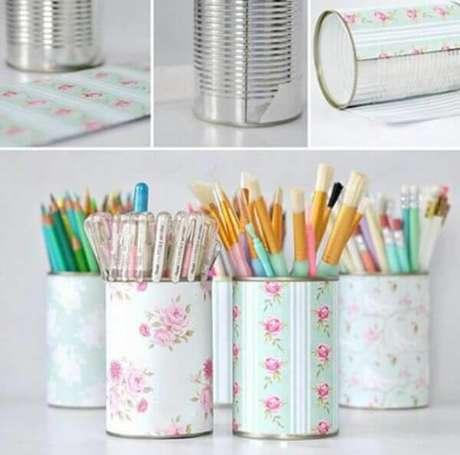 2. Como fazer porta lápis com lata decorada e papel scrapbook. Fonte: Pinterest