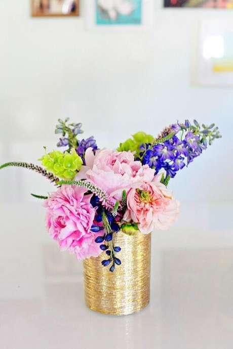 16. Vaso dourado feito com latas decoradas de leite condensado. Fonte: Pinterest