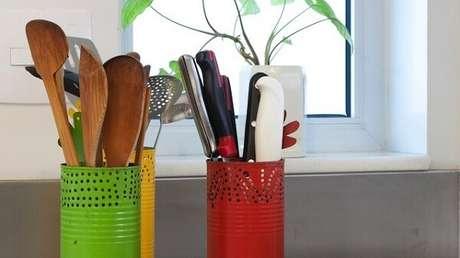 17. Porta utensílios de cozinha feitos com latas decoradas. Fonte: Pinterest