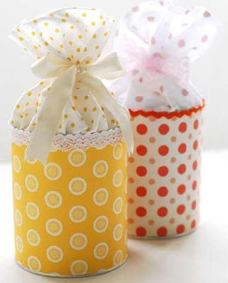 19. Lembrancinhas feitas com latas decoradas em tecido. Fonte: Pinterest