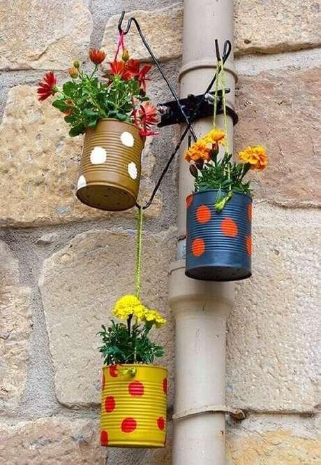 29. Latas decoradas formam o jogo de três vasinhos para enfeitar a varanda. Fonte: Pinterest