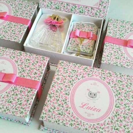 37. Lembrancinha de batizado com estampa floral na caixa – Por: Danilele Moraes Lembranças