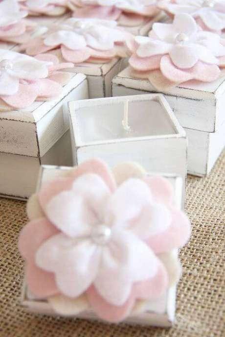 38. Lembrancinha de batizado com flor de feltro na tampa da vela – Por: Pinterest