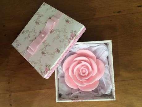 41. Lembrancinha de batizado com sabonete artesanato em formato de rosa – Foto-elo7