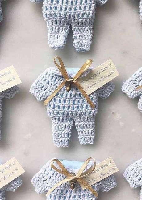 43. Aprenda como fazer lembrancinha de batizado de crochê – Via: Decor Fácil