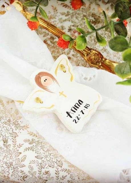 42. Lembrancinha de batizado na mesa posta – Foto: Decor Fácil