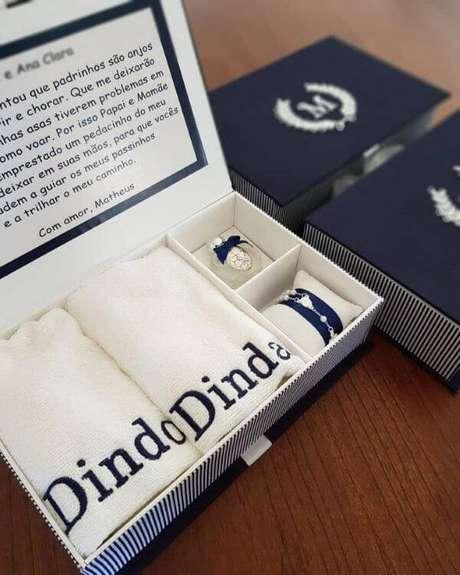 3. Lembrancinha de batizado para padrinhos na cor azul marinho e detalhes personalizados lindos – Via: Eugenia Gonzalles