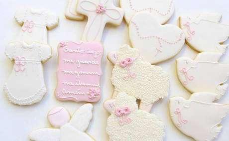 79. Que tal personalizar os doces do batizado e entregar de lembrancinha? – Via: Bibidi Biscoitos