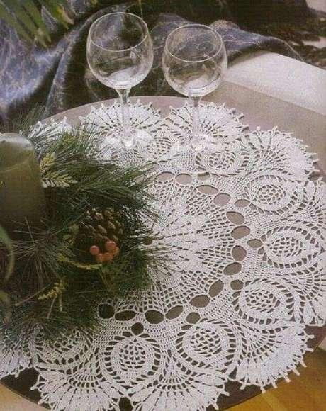 26. A toalha de mesa de crochê pode trazer mais charme a sua decoração