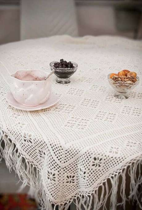 27. Modelo de toalha de mesa de crochê com franjas