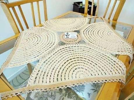 28. Modelo de toalha de mesa de crochê quadrada com design diferente
