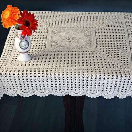 32. A mesa de centro também pode ser decorada com uma toalha de mesa de crochê
