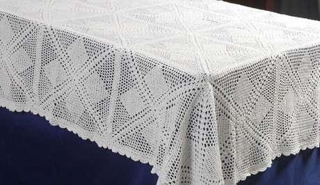 33. Modelo simples de toalha de mesa de crochê quadrada