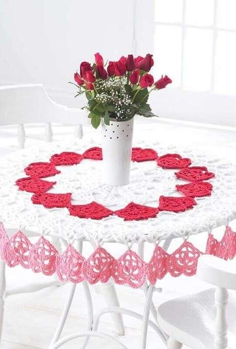 39. Pontos em formato de coração para toalha de mesa de crochê