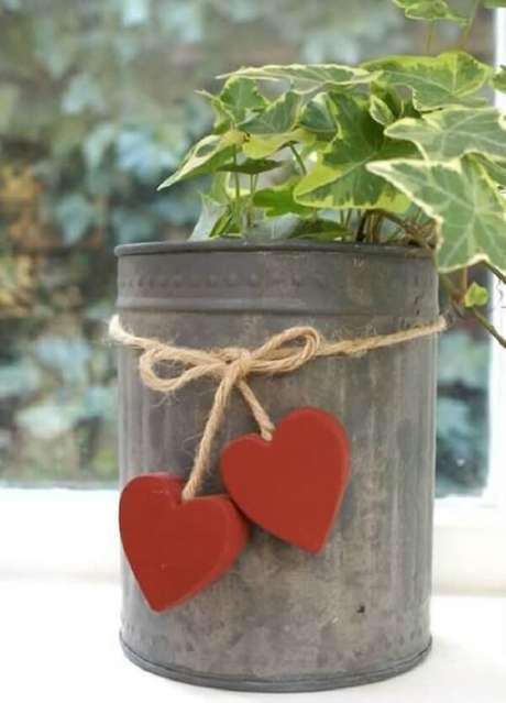 77. As latas de alumínio podem ser utilizadas como vaso de plantas. Fonte: Pop Lembrancinhas