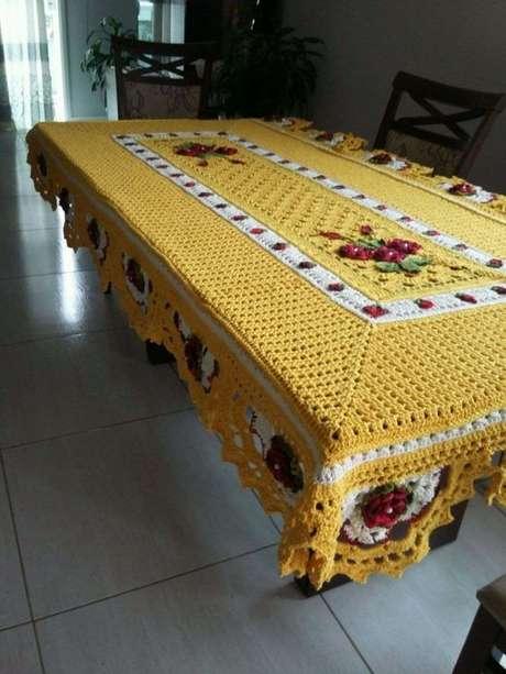59. Esta toalha de mesa de crochê muda toda a aparência da cozinha. Foto: Tem Beleza