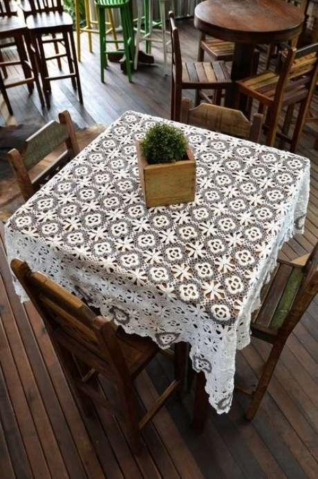 52. A toalha de mesa de crochê pode ter muitos detalhes. Foto: Armarinho São José