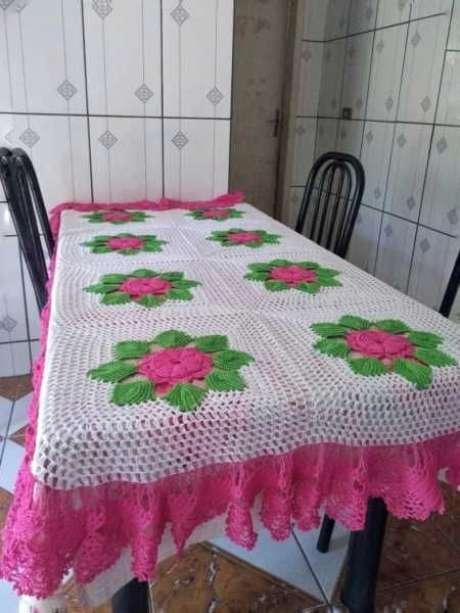 50. A toalha de mesa de crochê pode ter diferentes cores. Foto: Magazine Feminina