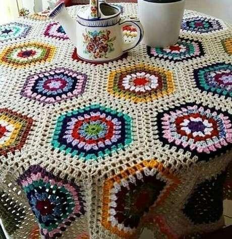57. A toalha de mesa de crochê pode ter muitas cores. Foto: Crochê Todo Dia