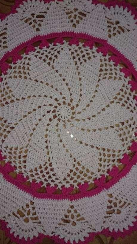 54. A toalha de mesa de crochê costuma ser no formato de flores. Foto: Elo7
