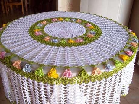 46. A toalha de mesa de crochê pode ter diferentes designs. Foto: Elo7
