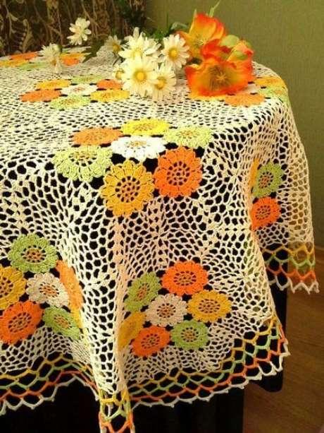 51. Flores são comuns em toalha de mesa de crochê. Foto: Etsy