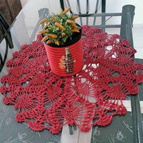 2. Modelo de toalha de mesa de crochê vermelha.