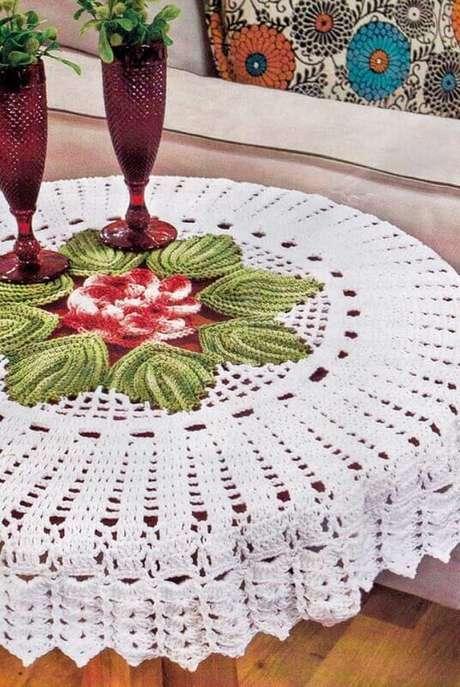 45. Os detalhes fazem toda a diferença como nessa toalha de mesa de crochê com detalhes coloridos no centro