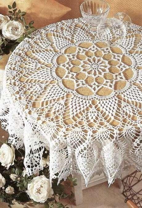 9. O acabamento no barrado da toalha de mesa de crochê deixa o movimento mais bonito e delicado