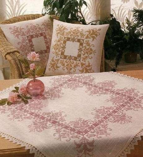 11. A toalha de mesa de crochê traz um toque delicado para o acabamento.