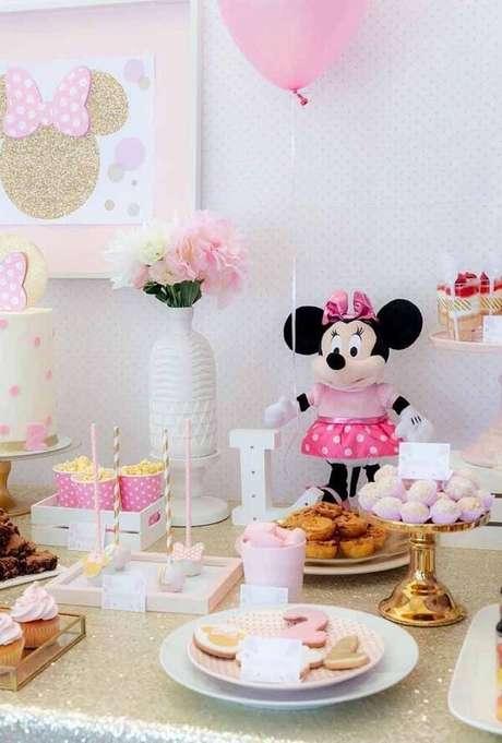 105 – Utilize ursinho de pelúcia da minnie para decorar a mesa. Fonte: Pinterest