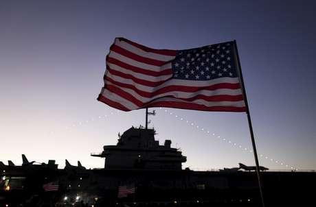 Bandeira dos EUA a bordo de navio da Marinha norte-americana 07/12/2015 REUTERS/Randall Hill/Files