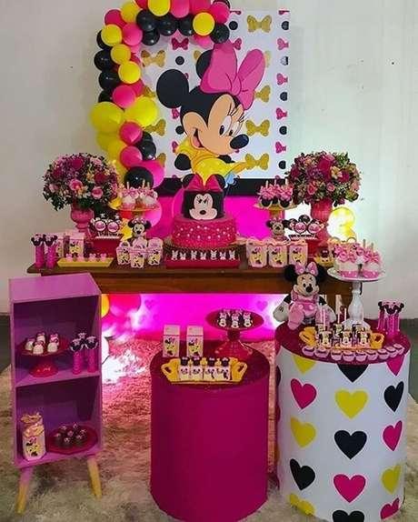 103 – Festa da Minnie simples em tons de amarelo, rosa, roxo e preto. Fonte: Pinterest