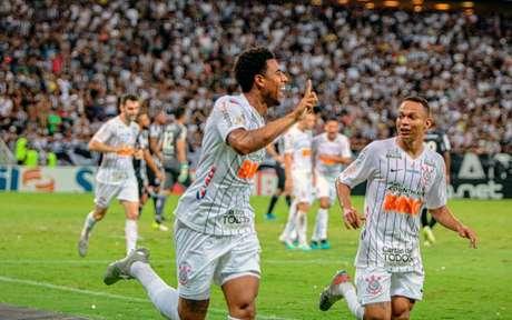 Gustagol corre para o abraço após marcar o gol da vitória corintiana no Castelão - Ronaldo Oliveira / Photo Premium