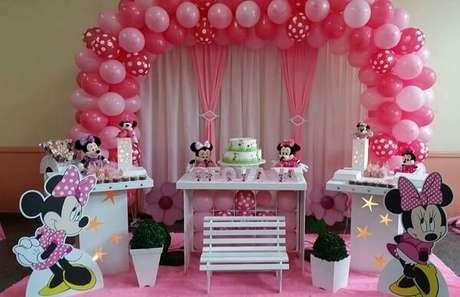 61 – Arco de balões e cortinas nas cores rosa e branco para festa da minnie. Fonte: Elo 7