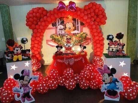 89 – Arco de balões, muitas bexigas e ursinhos de pelúcia na decoração de festa da Minnie. Fonte: Blog Kelly Dias Bolos