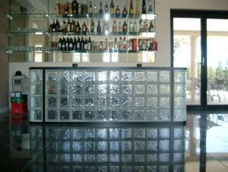 60. Balcão de bar feito de tijolo de vidro