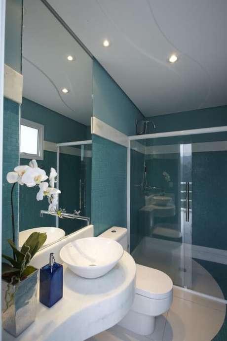 12. O azul Tiffany também pode ser usado no banheiro. Projeto de Aquiles Nicolas Kilaris