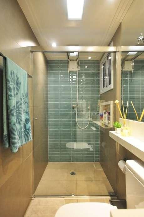26. Banheiro com revestimentos na cor azul Tiffany combinando com a toalha. Projeto de Condecorar
