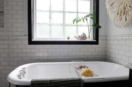 """6. O detalhe do tijolo de vidro neste banheiro ganhou uma """"moldura"""" e ficou com aparência de janela"""