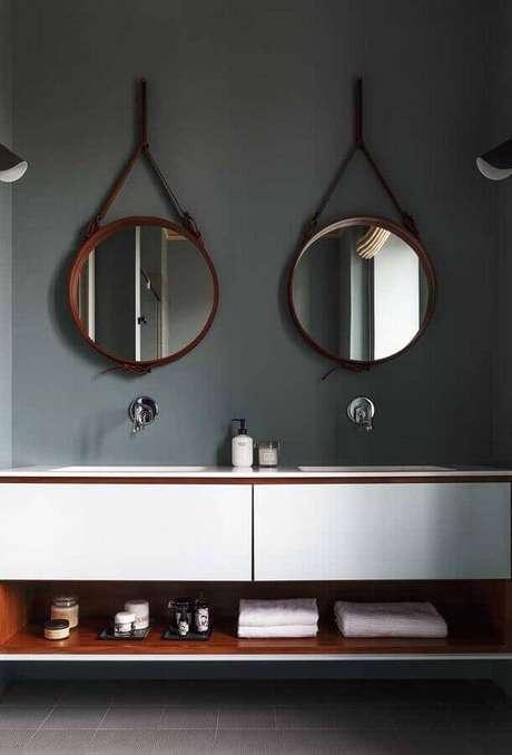 9. Decoração para banheiro com parede cinza escura e dois espelhos redondos – Foto: Behance