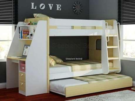 51. Modelo de beliche com cama extra e escrivaninha pequena na lateral