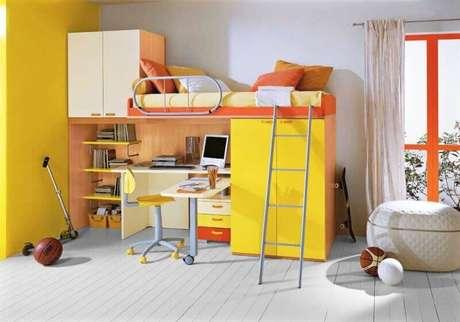 52. A decoração deste quarto ficou bem colorida graças as cores inseridas no beliche com escrivaninha e armário