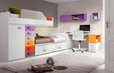3. Há modelos de beliches com escrivaninha que vem com muitas gavetas, excelente para organizar o quarto.
