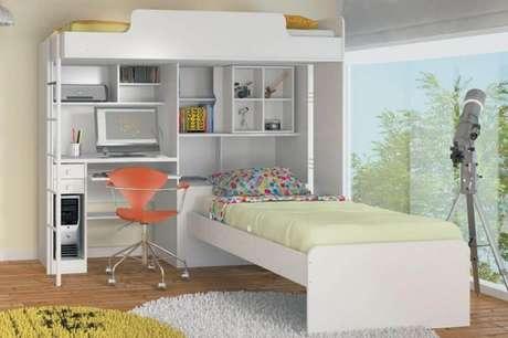 5. O beliche com escrivaninha embaixo também pode ganhar nichos para ajudar a compor a decoração.
