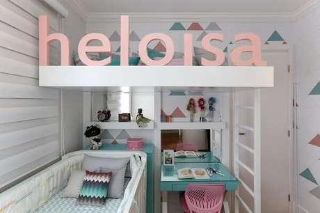 61. Beliche branca com escrivaninha em tons de azul e rosa. Projeto por Bianchi & Lima Arquitetura