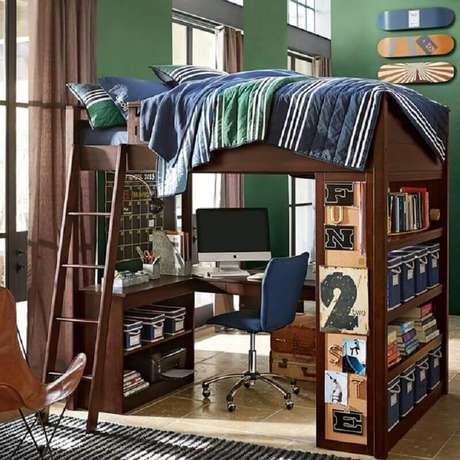 50. As prateleiras nesta beliche com escrivaninha de madeira garantiu mais espaço para organizar o quarto