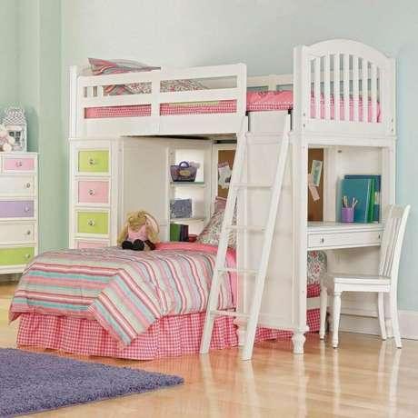 33. O quarto de menina decoração com um beliche com escrivaninha embaixo e gavetas coloridas