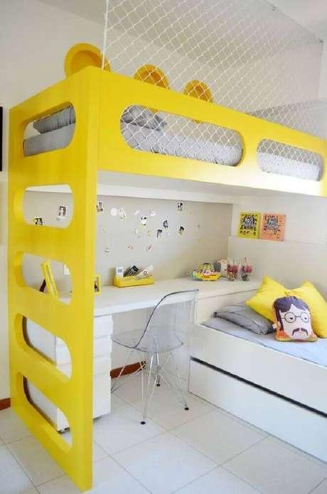 31. Para deixar a decoração mais alegre, coloque um toque de cor no seu beliche com escrivaninha embaixo,